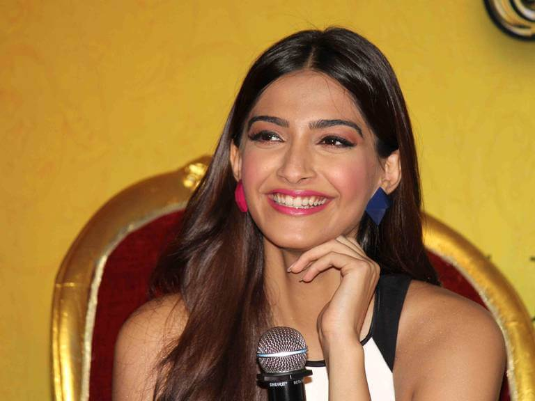1)SONAM KAPOOR'S MISMATCHED EARRINGS