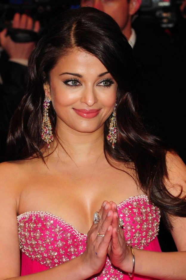 AISHWARAYA RAI'S STATEMENT EARRINGS