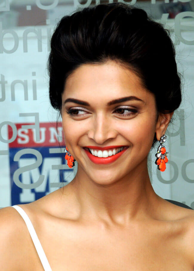 DEEPIKA PADUKONE'S BRIGHT ORANGE EARRINGS